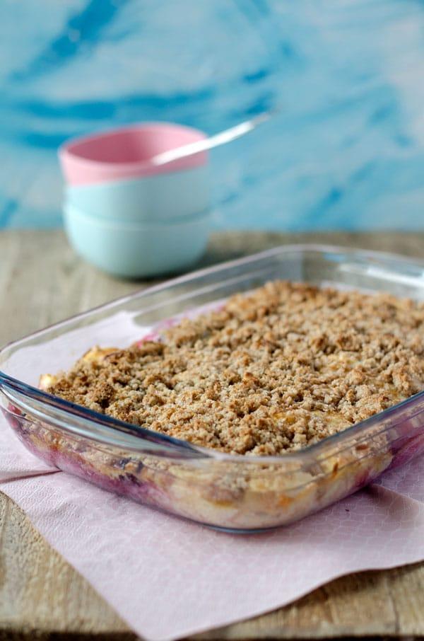 Kalorienarm, fruchtig, cremig, knusprig. Apfel-Brombeer-Auflauf mit Streuseln