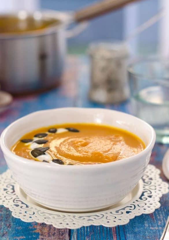 leichte Kürbis-Karottensuppe mit rotem Curry. Schnell gemacht, wenig Kalorien, schön würzig! // easy pumpkin-carrotsoup with red curry paste. Recipe also in english!