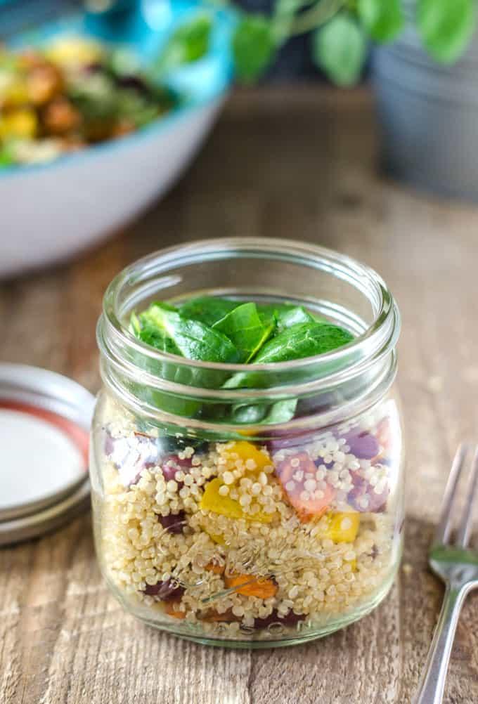 Quinoa-Süßkartoffel-Salat mit Kidneybohnen, Paprika und Feldsalat. Ein wunderbarer, gesunder und kalorienarmer Sattmacher. Vegan. www.einepriselecker.de