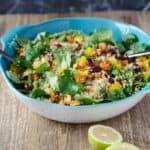 Quinoa-Salat mit Süßkartoffeln, Kidneybohnen, Paprika und Feldsalat. Ein wunderbarer, gesunder und kalorienarmer Sattmacher. Vegan. www.einepriselecker.de