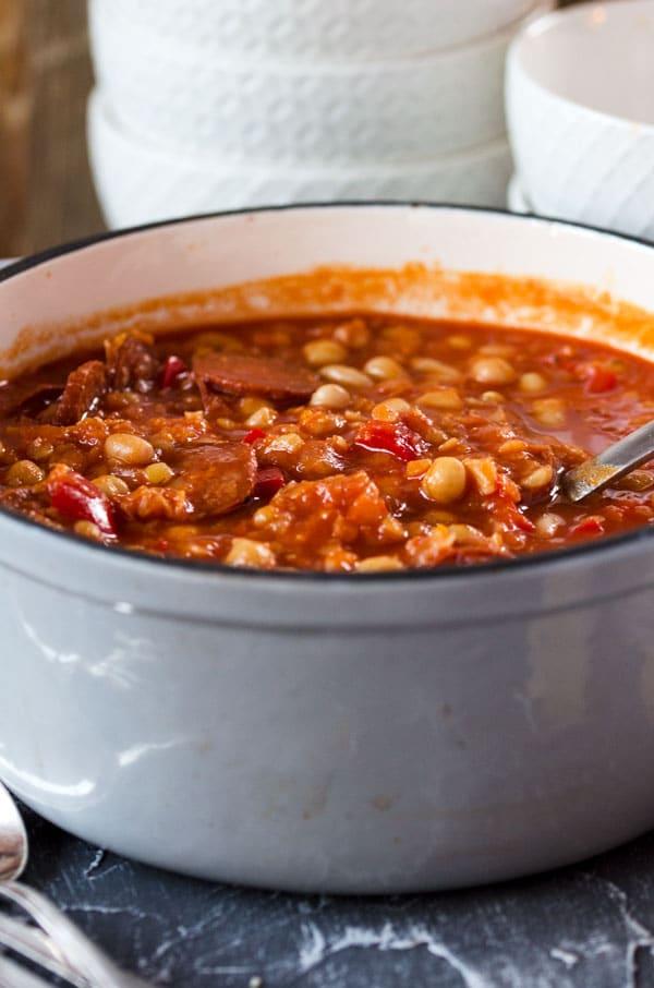 Rancho Canario - kanarischer Eintopf mit Kichererbsen, Bohnen, Paprika und Chorizo. Wunderbar würzig, wärmend und sättigend!