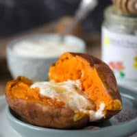 Blitzschnelle Süßkartoffel aus der Mikrowelle mit Jogurt, Honig und Zimt. Sehr lecker, sättigend, gesund und kalorienarm. www.einepriselecker.de