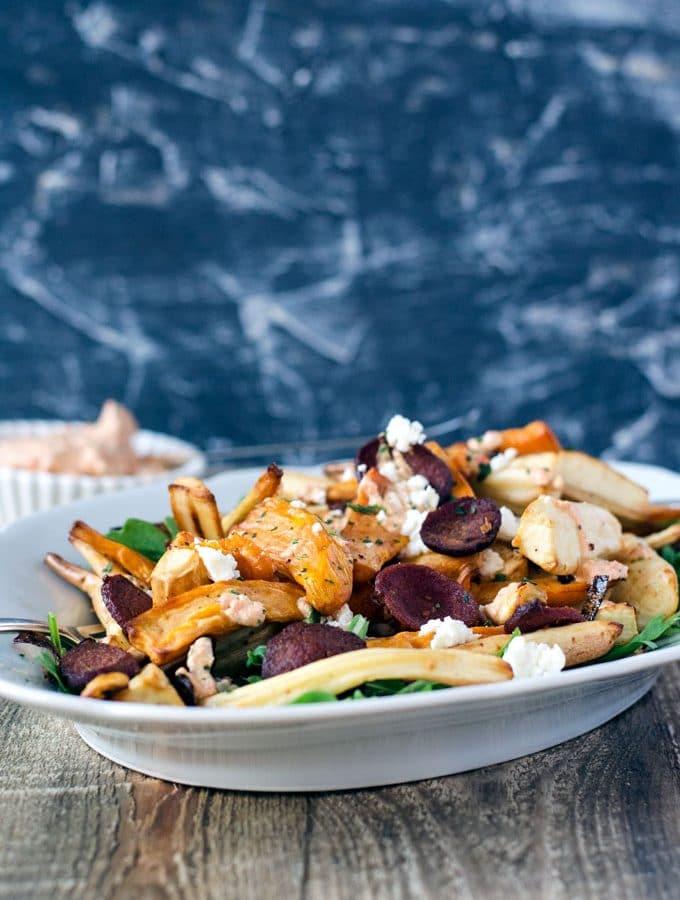 Gebackenes Wintergemüse aus der Heissluftfritteuse. Pastinaken und Süßkartoffel mit Sucuk, Rucola und Fetacreme.