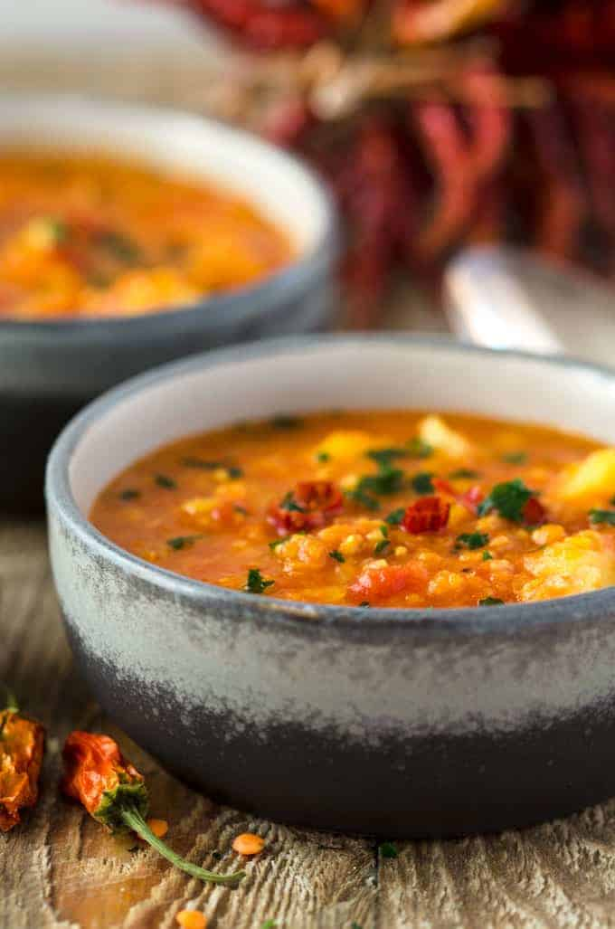 Curryeintopf mit Linsen, Kartoffeln und Blumenkohl in einer grauen Schüssel
