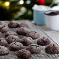 Wunderbar schokoladig, ganz einfach zu backen, wenige unkomplizierte Zutaten. Ich bin einfach nur begeistert von diesen Schoko-Crinkle-Cookies.