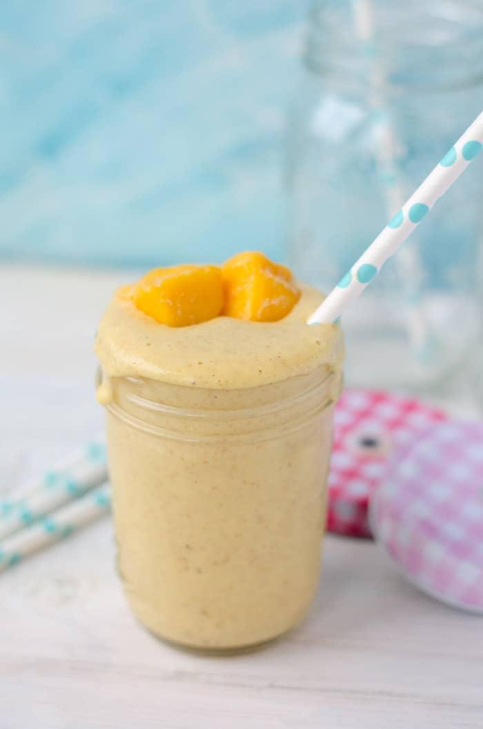 Köstlich fruchtiger Mango-Vanille-Smoothie. Sättigend durch die Beigabe von Haferflocken. Kalorienarm und perfekt als Frühstück.