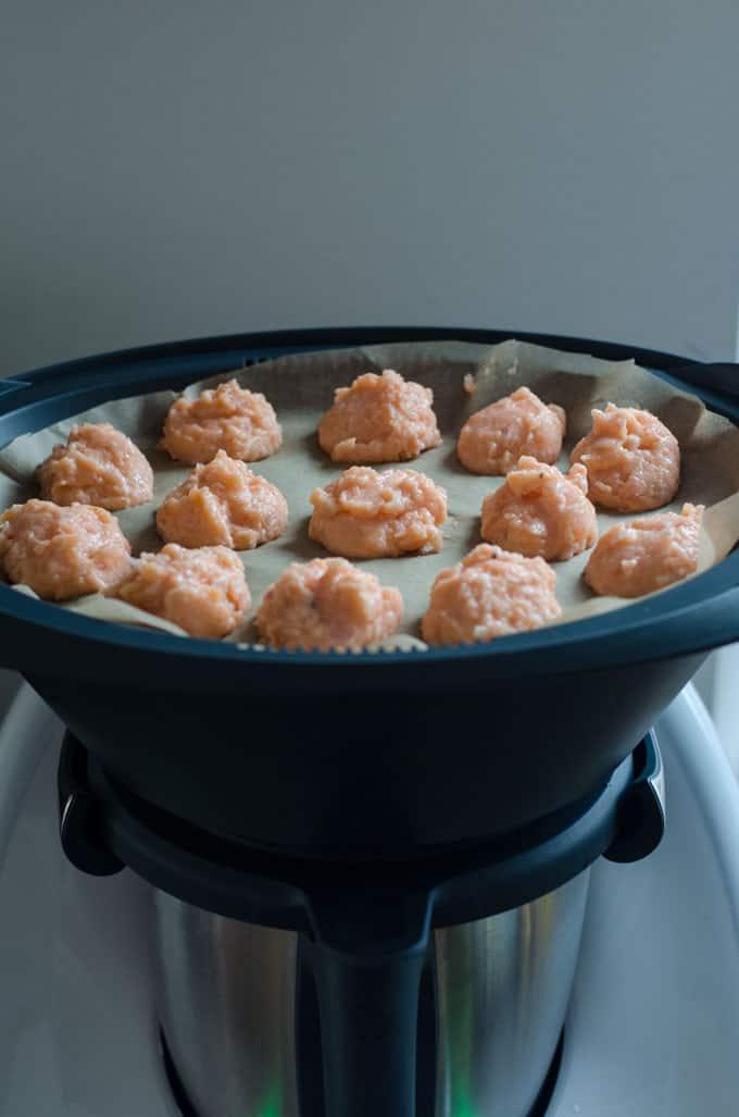 cremig, würzige Selleriecremesuppe mit Lachsklösschen. Rezept für den Thermomix. Kalorienarm und ganz einfach gemacht. www.einepriselecker.de