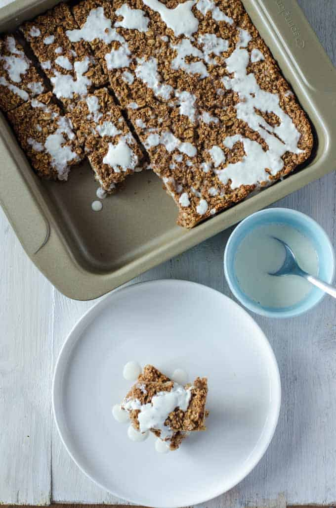 Baked Oatmeal inn einer Auflaufform mit Frischkäseguss, von oben fotografiert.