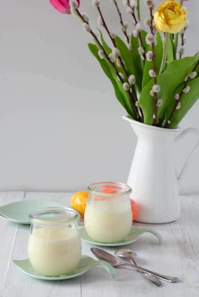 Zwei Gläser mit Pudding, Vase mit Weidenkätzchen