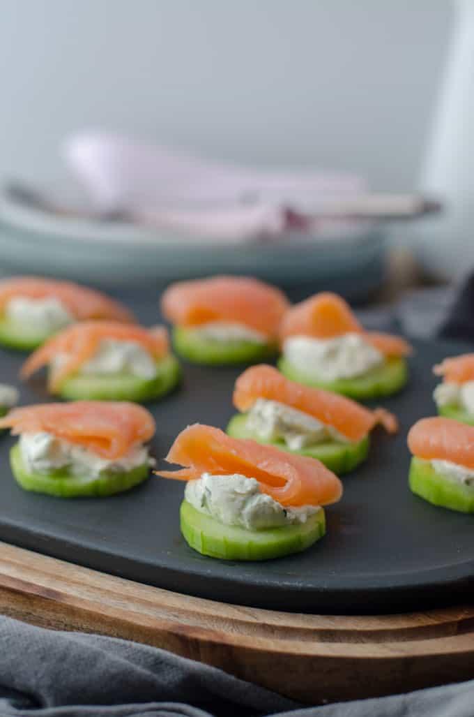 leckere Gurken-Lachs-Häppchen mit Frischkäse. Kalorienarmes Fingerfood für Party, Brunch, Buffet.