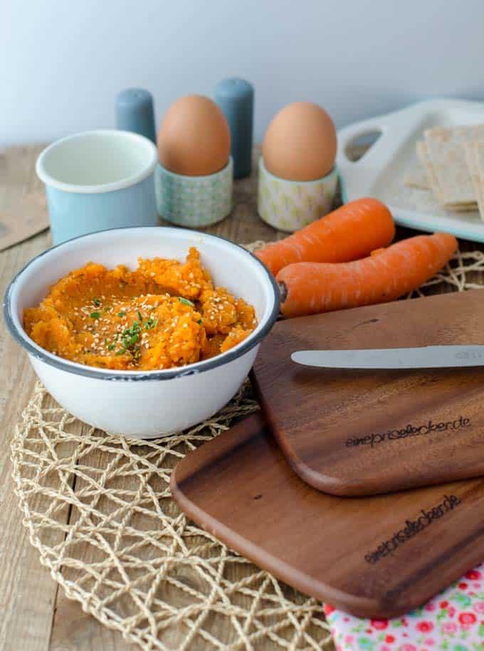 Karottenauftstrich mit Sesam bestreut in einer weißen Schüssel