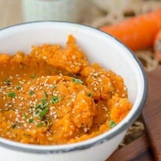 frischer und kalorienarmer Karottenaufstrich mit Sesam.