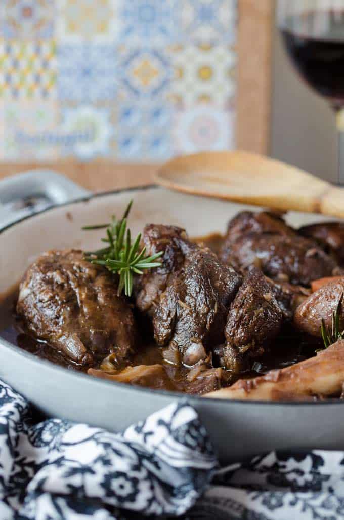 köstliche zarte Lammhaxe, langsam und in Ruhe geschmort. Ganze einfach gemacht und super vorzubereiten.