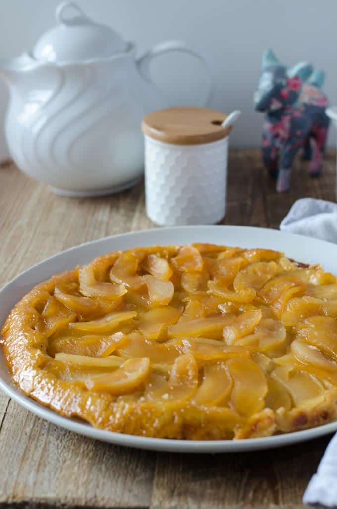leckere Tarte Tartin mit Äpfeln. Zarter Boden, fruchtige Äpfel, süßer Karamell und trotzdem kalorienarm.