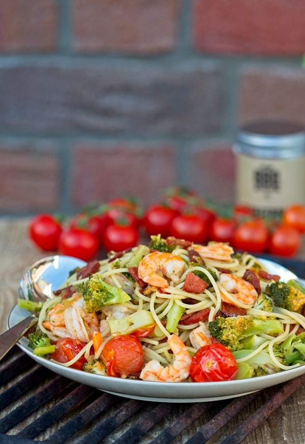 Wahnsinnig leckere Surf and Turf Pasta mit Garnelen und Chorizo. Sommerlich, würzig, verdammt gut.