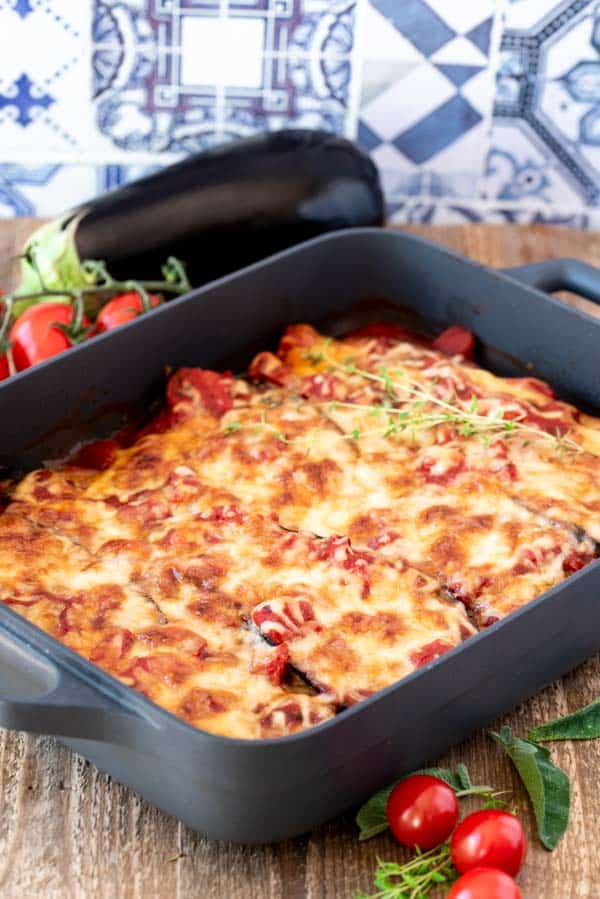 Mit Käse überbackene Auberginen in Tomatensauce mit Thymianzweig