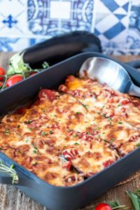 mit Käse überbackene Auberginen in Tomatensauce mit Kräutern