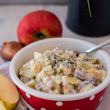 Leichter Matjes-Kartoffelsalat nach Hausfrauenart mit Äpfeln und Zwiebeln. Einfach, schnell, lecker und kalorienarm. www.einepriselecker.de
