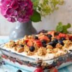 Sommerlich leichtes Schichtdessert mit Blaubeeren und Erdbeeren