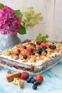 Sommerlich leichtes Schichtdessert mit Erdbeeren und Blaubeeren. Super lecker, einfach gemacht und kalorienarm. www.einepriselecker,de