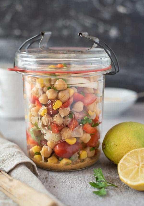 Bunter Salat mit Kichererbsen, Tomaten und Paprika in einem Weck Glas