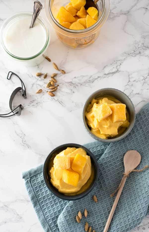 Mango Lassi Frozen Joghurt in blauen Schüsseln, von oben fotografiert