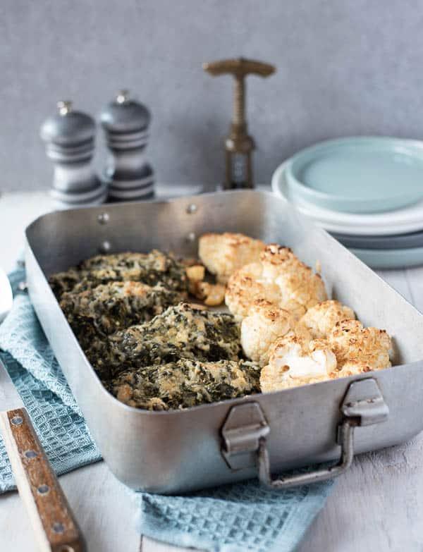 5 Hähnchenbrüst mit Spinat-Käse-Haube in einer silbernen Auflaufform