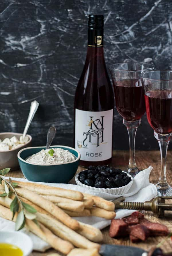 Kräuter-Grissini, Oliven, Dip und Rose Wein