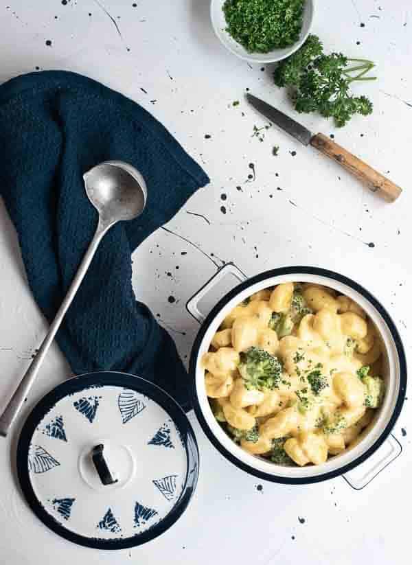 Gnocchi Mac ´n Cheese Style im Topf, von oben fotografiert
