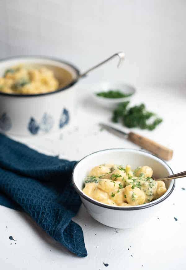 Gnocchi Mac ´n Cheese Style in Schüsselchen mit Topf im Hintergrund