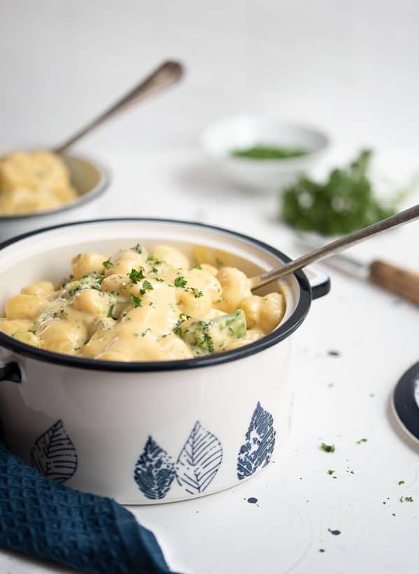 Gnocchi Mac ´n Cheese Style im Topf mit Kelle
