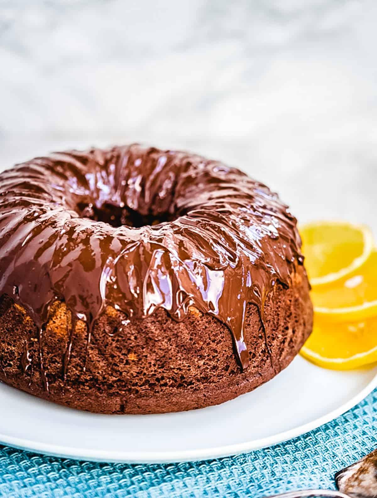 Marmorkuchen mit Schokoladenglasur auf einem weißen Teller