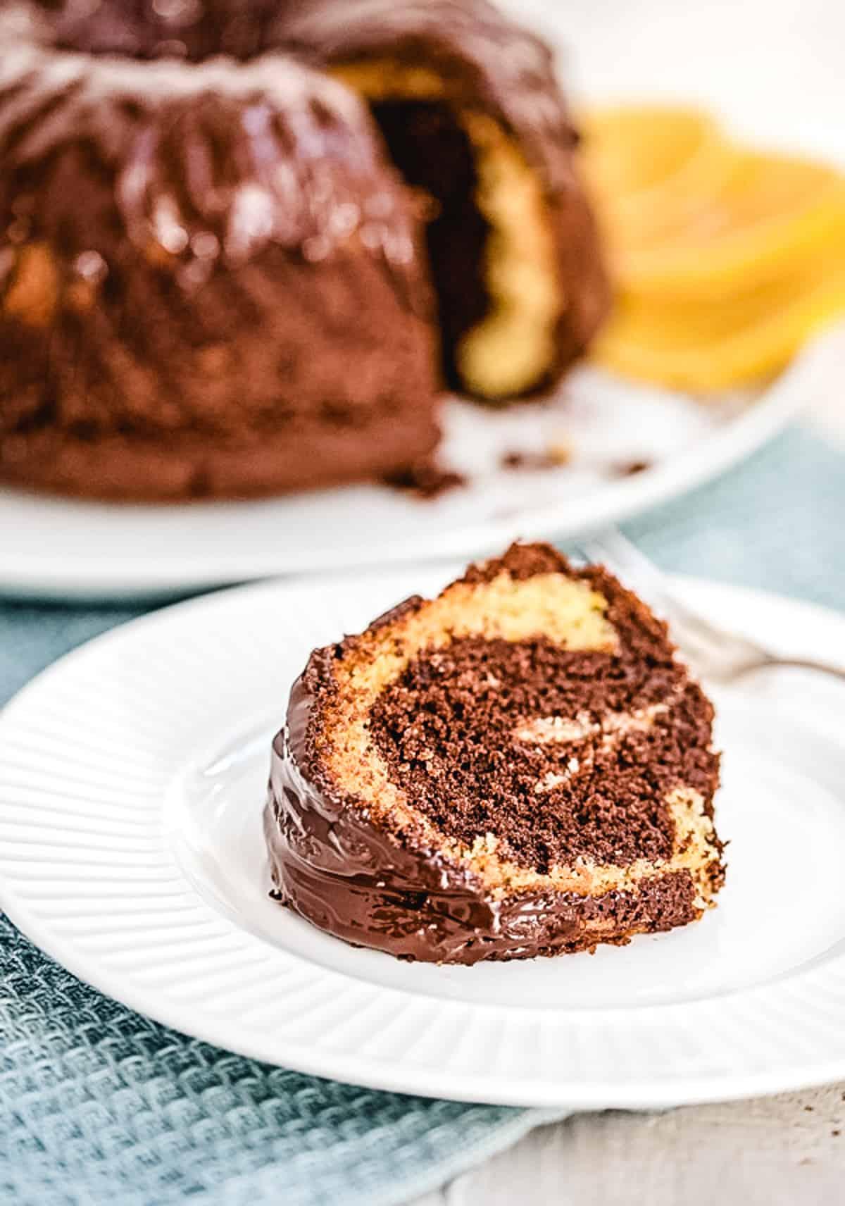 Ein Stück Marmorkuchen auf einem weißen Teller