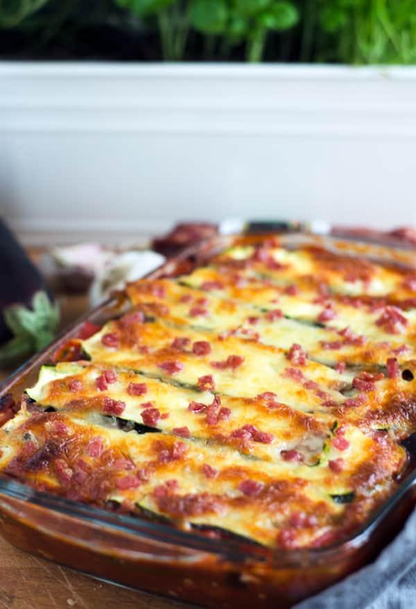 Lasagne aus Zucchini in einer Aufflaufform aus Glas