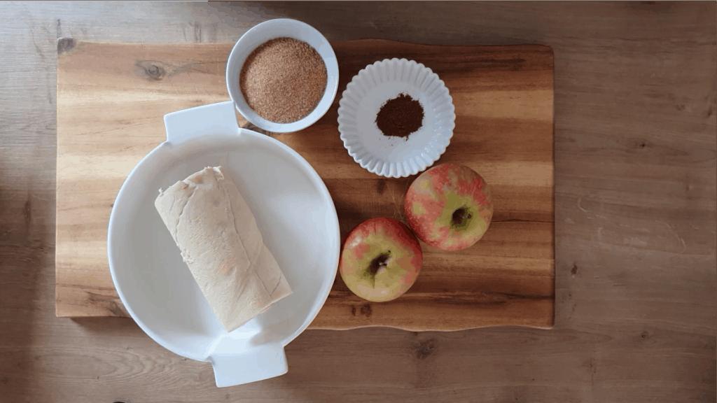 Zutaten für das Zupfbrot: Hefeteig, Äpfel, brauner Zucker und Zimt