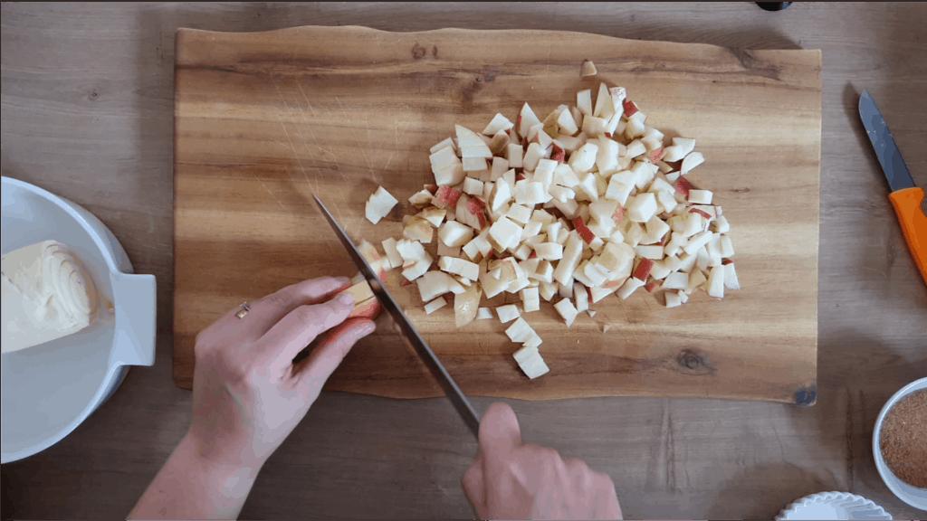 Äpfel werden mit einem Messer gewürfelt