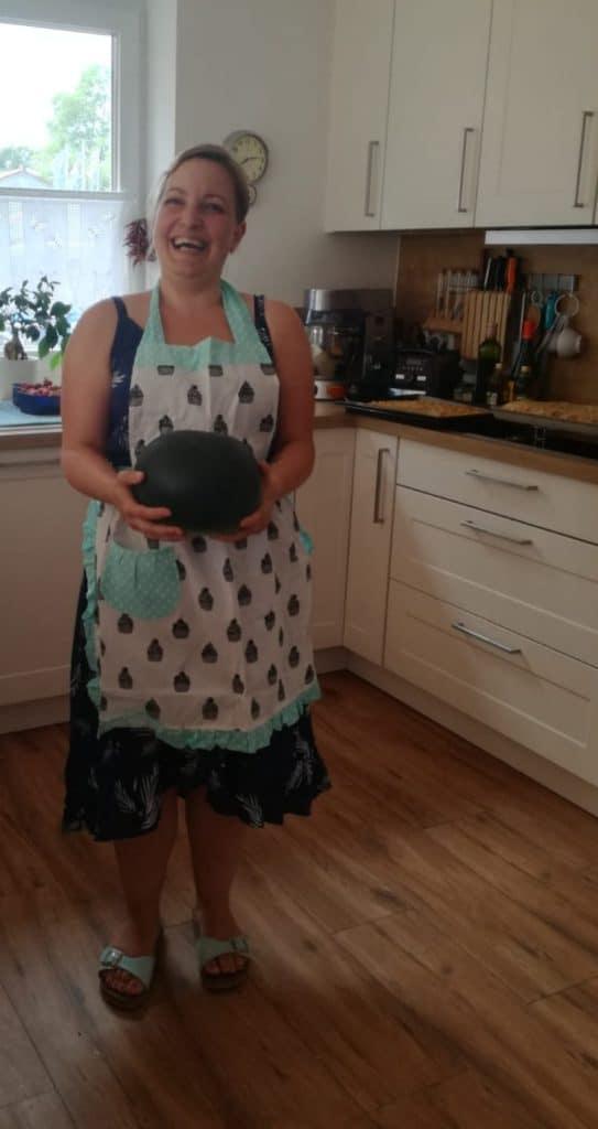Marsha von Eine Prise Lecker mit Schürze und Wassermelone in den Händen