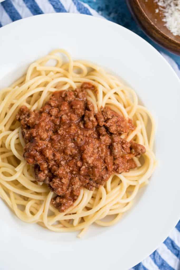 Spagetti Bolognese auf einem weißen Teller, von oben fotografiert