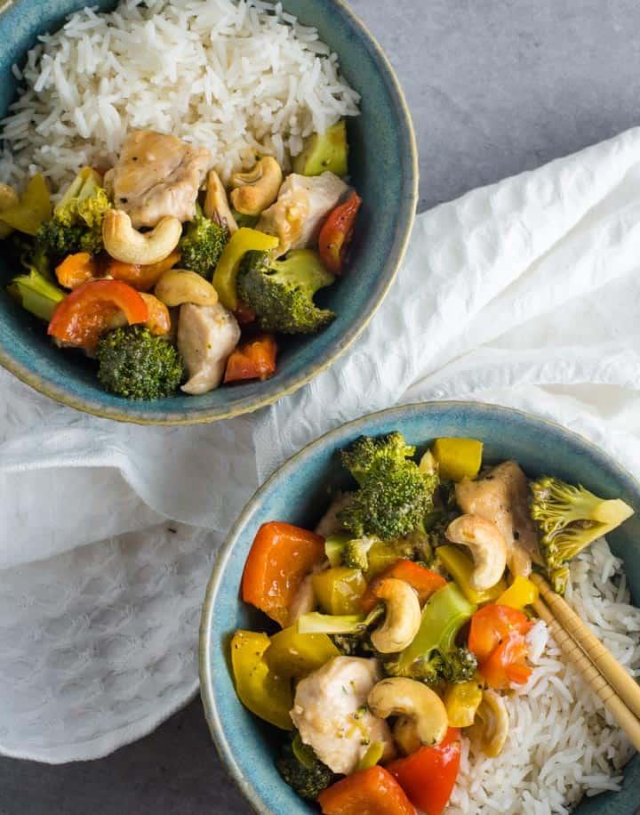 Zwei blaue Schalen mit Cashew-Chicken und Reis