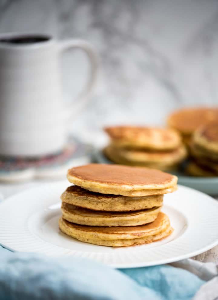 4 Protein Pancakes aufeinander gestapelt auf einem weißen Teller
