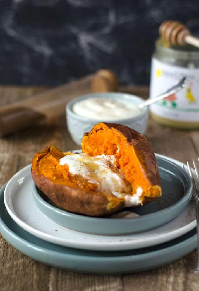 gegarte Süßkartoffel auf einem hellgrauen Teller, seitlich fotografiert