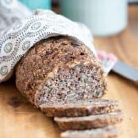 Low Carb Brot von vorne, 3 Scheiben abgeschnitten, davor liegend