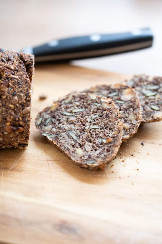 Drei abgeschnitte Scheiben Brot fächerfrmig übereinander gelegt
