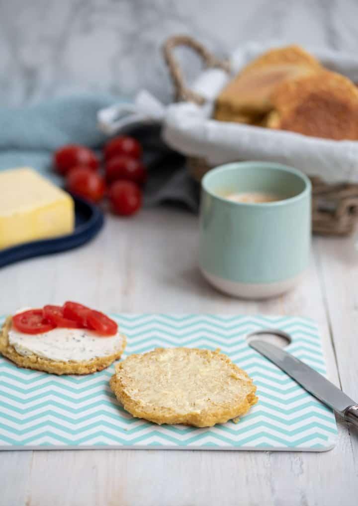 Frühstüclstisch mit Kaffee, Brötchen im Korb und Butter