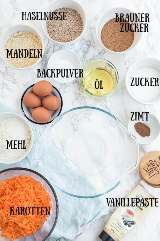 Alle Zutaten für den Karottenkuchen mit Beschriftung
