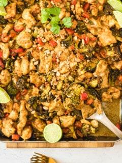 Hähnchen-Curry mit Gemüse auf einem Backblech von oben