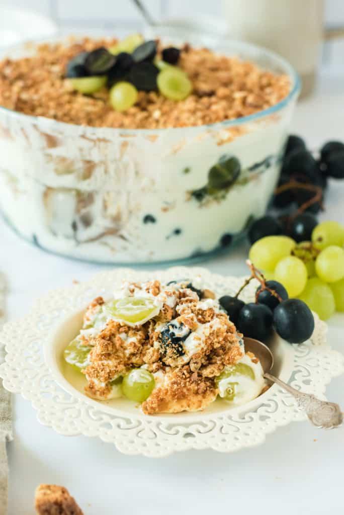 Weintrauben Trifle auf einem weißen Teller mit Blumenrand