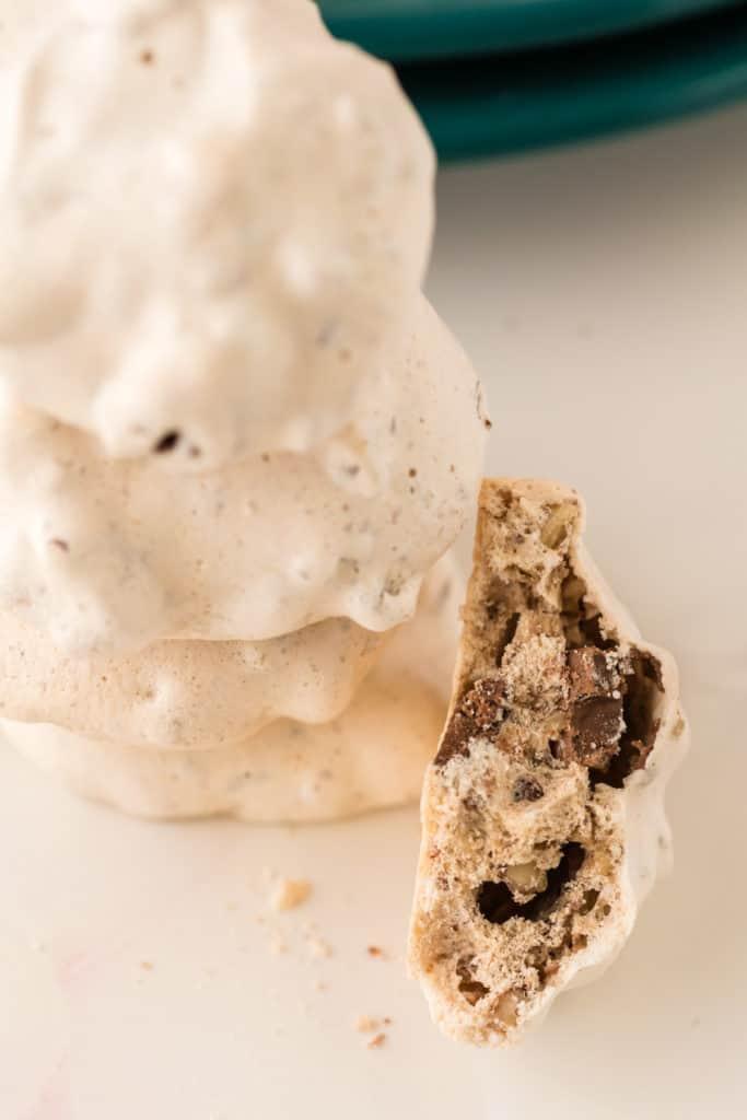Baiser gestapelt, ein Keks zerbrochen, Nahaufnahme