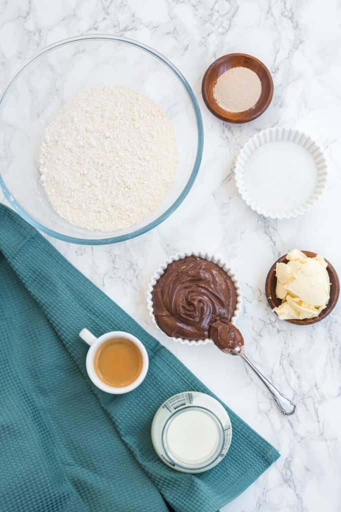 Zutaten für das Nutella-Swirl-Brad von oben fotografiert