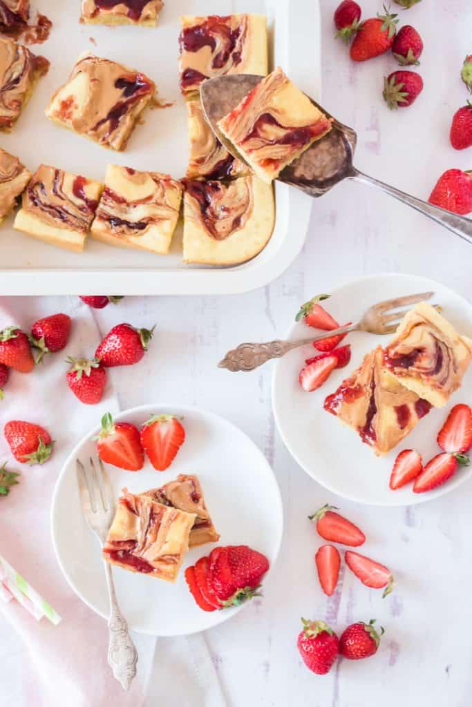 Ofenpfannkuchen in Stücken auf zwei weißen Tellern